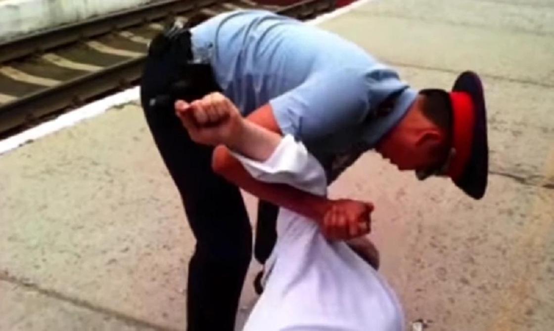 Полицейский скрутил проводника поезда: в ДВД прокомментировали инцидент