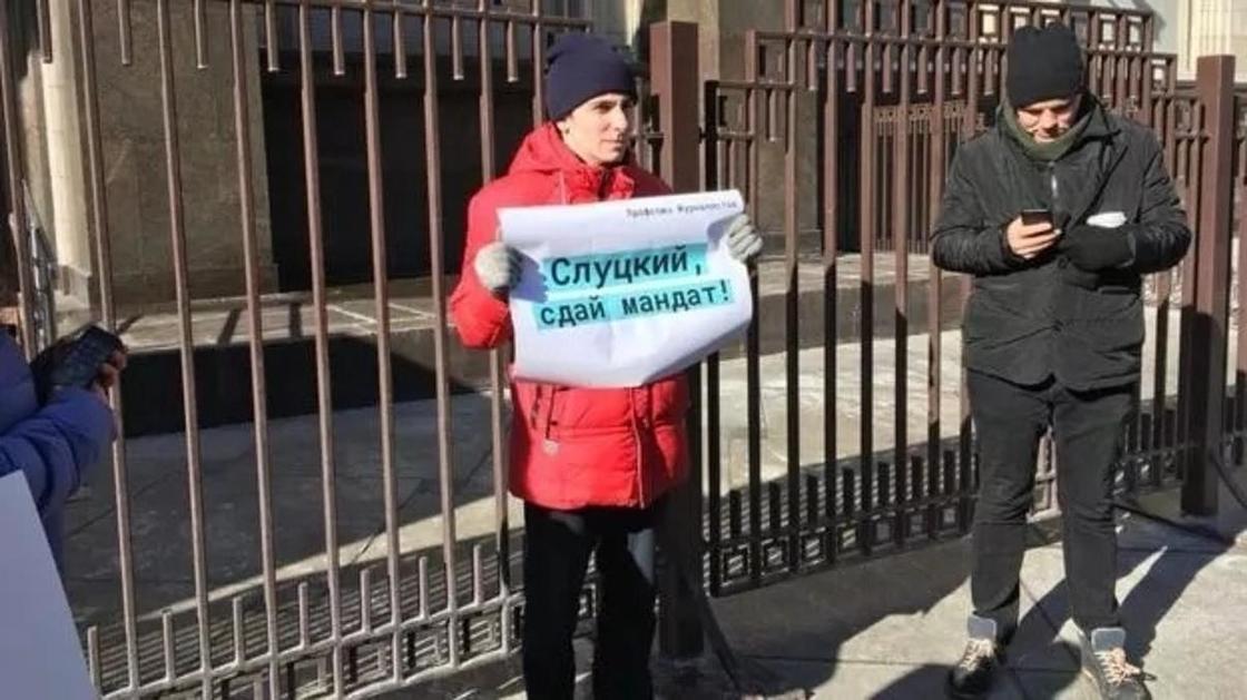 """""""Слуцкий, выходи, я тебя чуть-чуть потрогаю"""": пикеты у Думы против харассмента"""