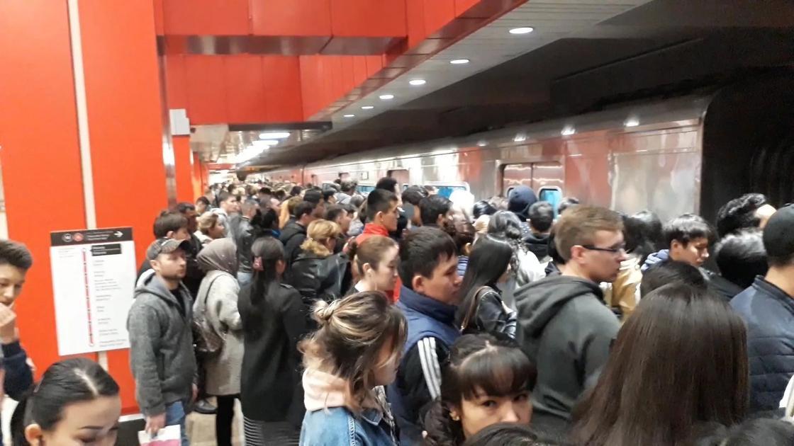 Из-за маленького количества станций, метро наиболее популярно у алматинцев, живущих рядом с конечными