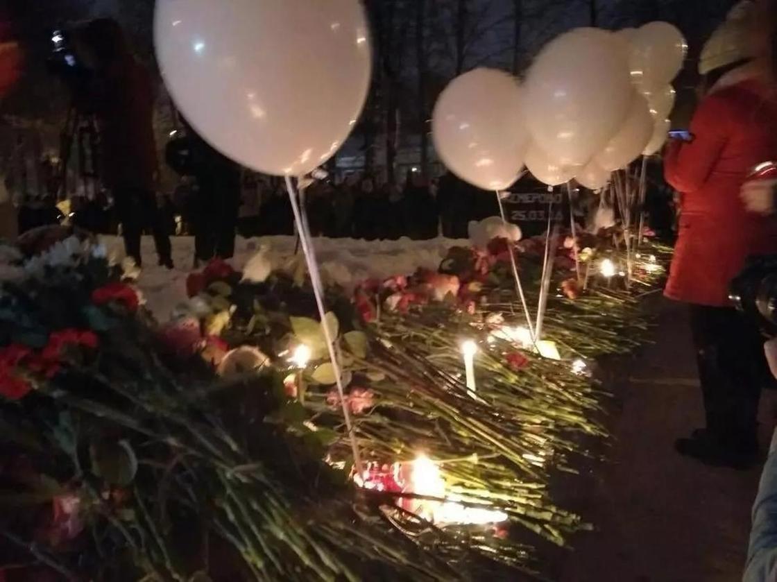 Общенациональный траур по жертвам трагедии в Кемерово начался в России (фото)