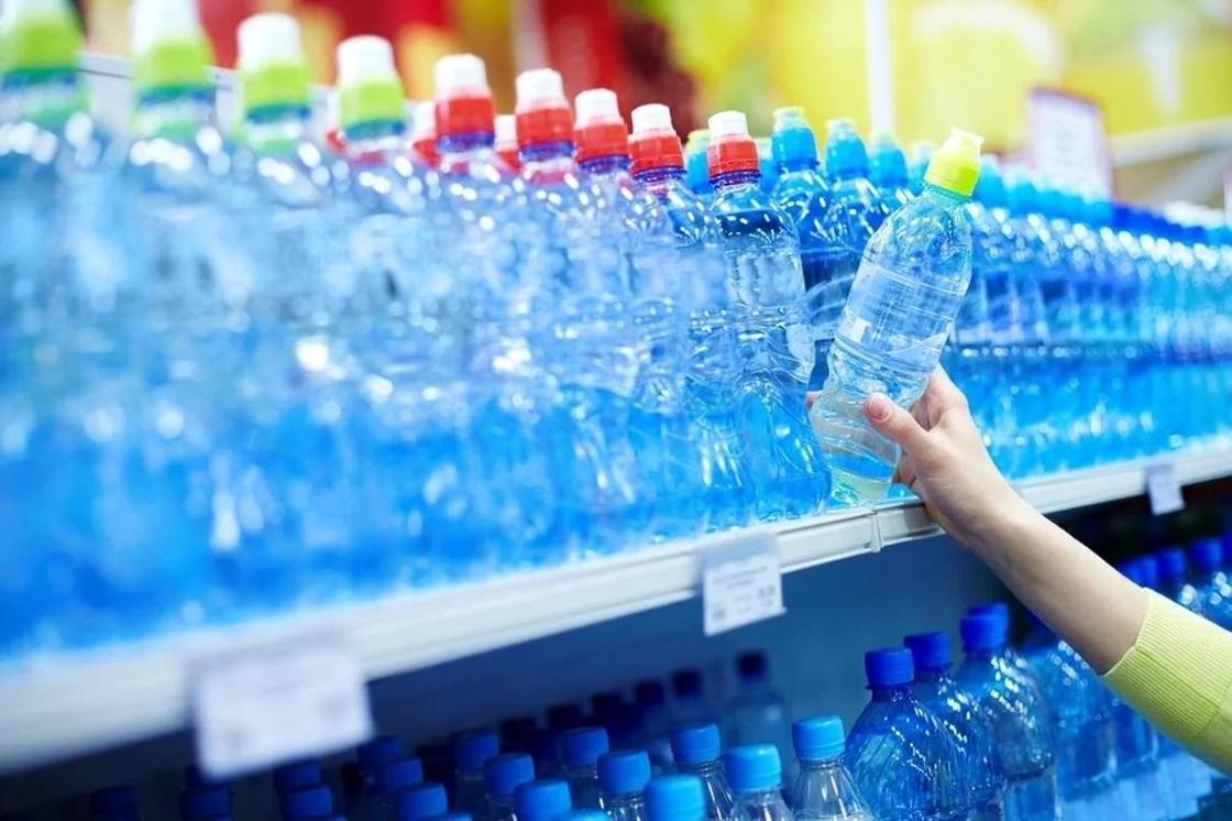 """Сколько пластика """"выпивают"""" люди вместе с водой, рассказали ученые"""