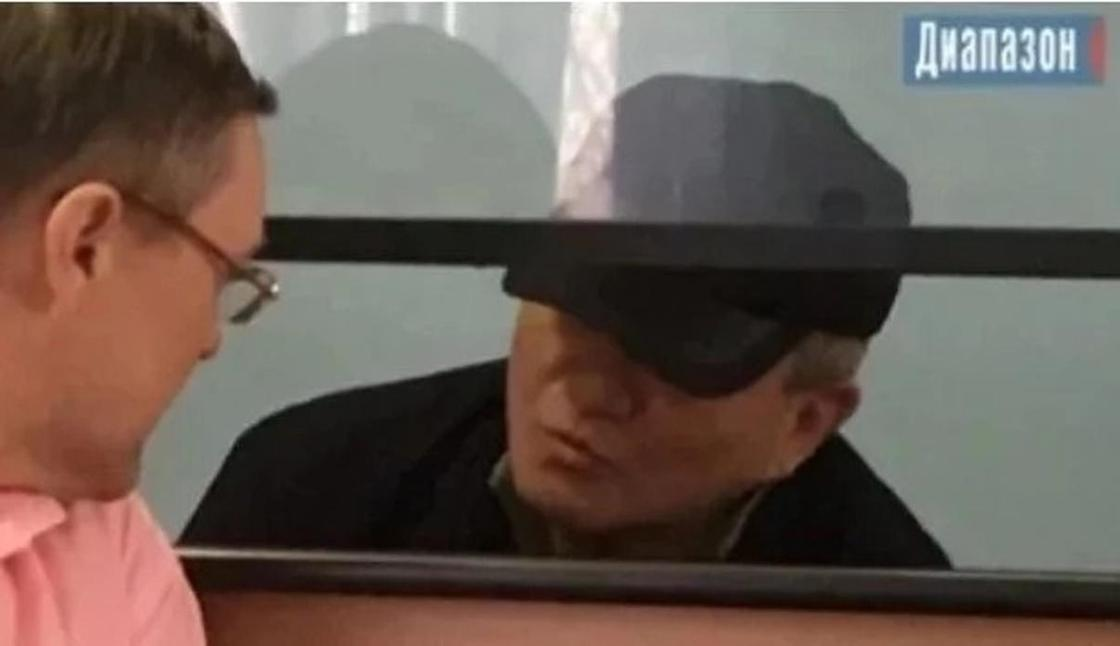 """""""Төрт ағайынды"""" ісі бойынша қамауға алынған полковник сотта ағынан жарылды. Фото: Диапазон"""