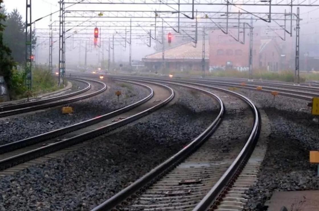 Школьница попала под поезд при странных обстоятельствах в Караганде