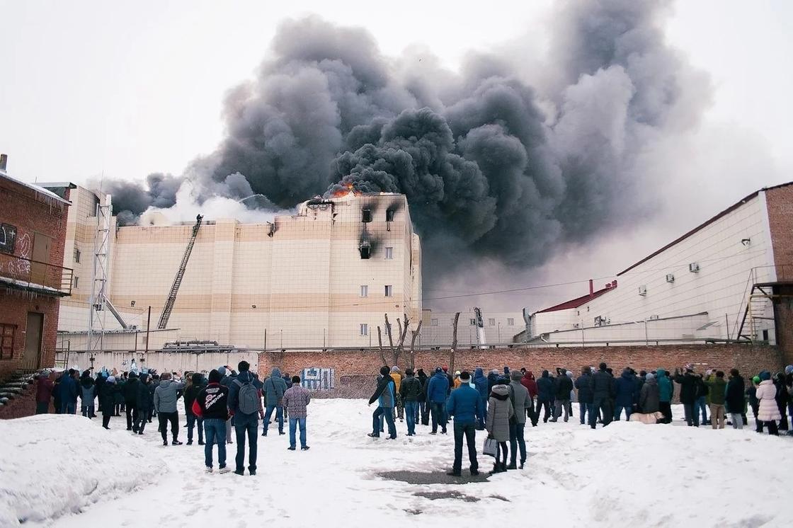 Кемеровский ТЦ подожгли два подростка, заявили очевидцы