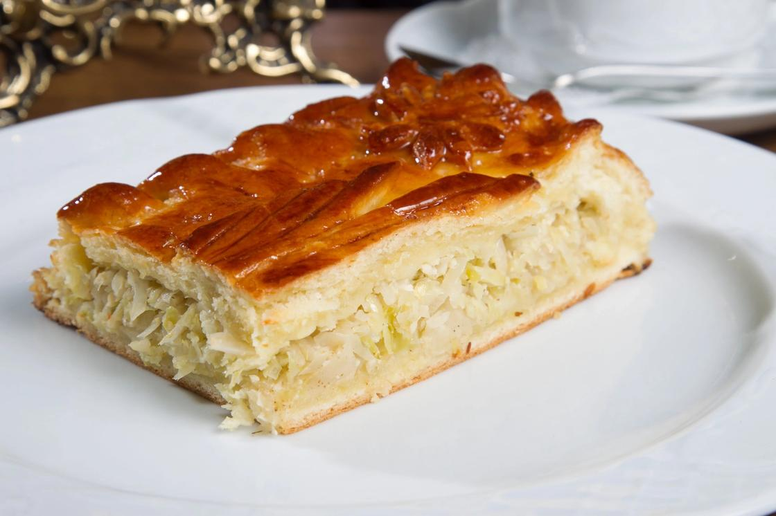 Пирог с капустой и яйцами на сметане