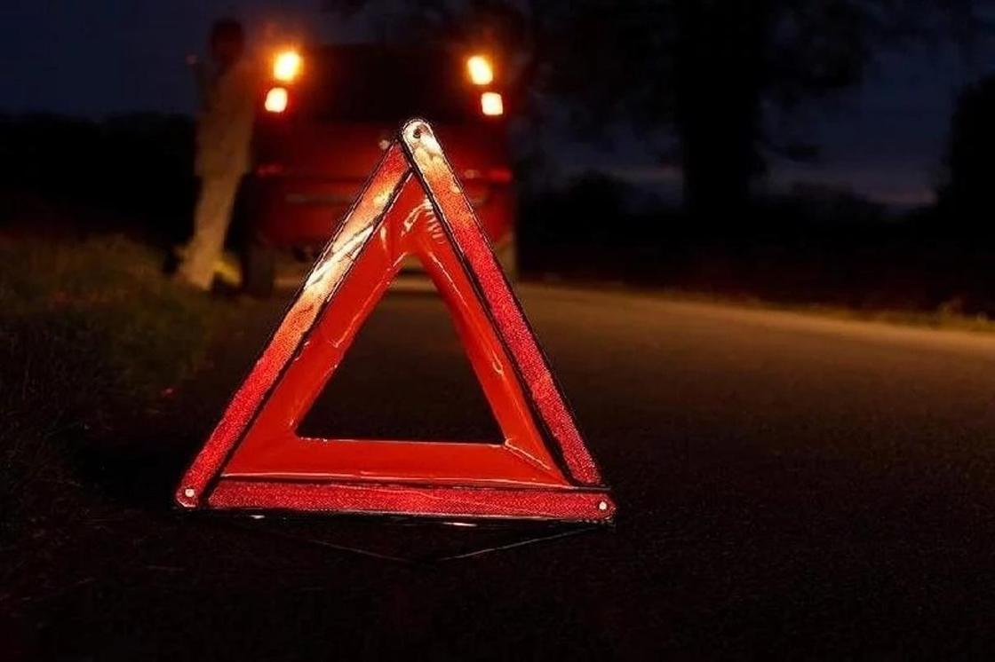 Автомобиль несколько метров протащил по асфальту девушку в Караганде