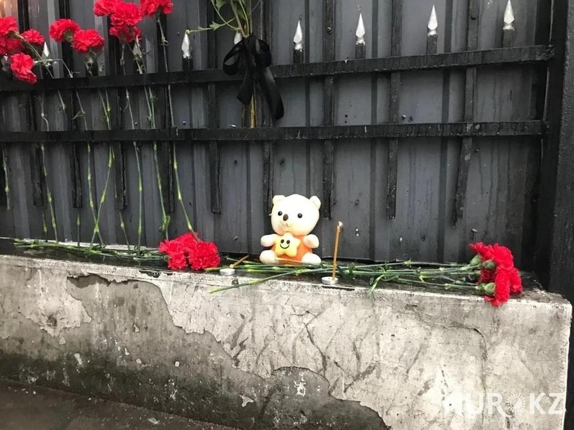 Трагедия в Кемерово: алматинцы несут цветы к посольству России