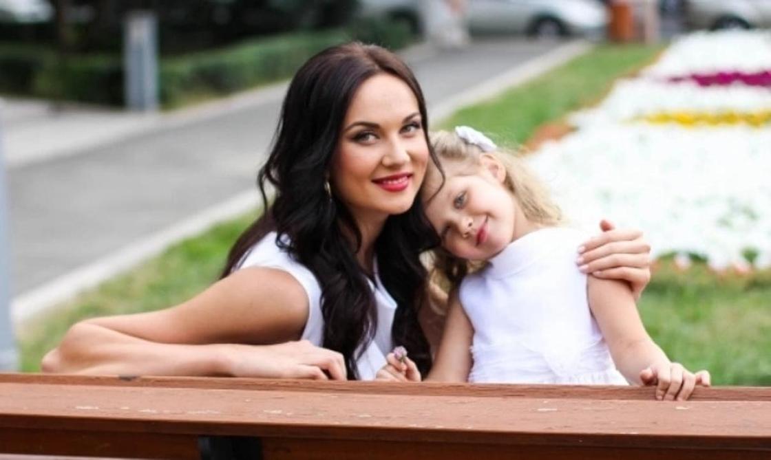 Екатерина Краснова с дочерью. Фото: comode.kz