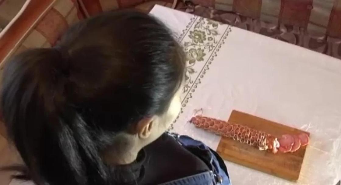 Карагандинка обнаружила в колбасе кусок алюминия