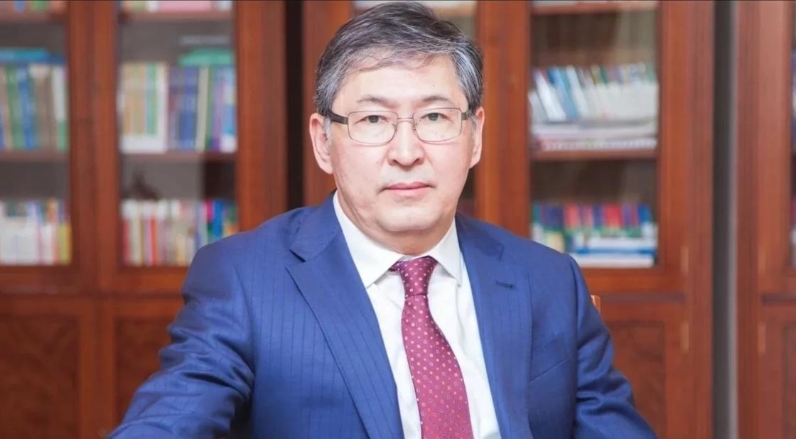 Сагадиев рассказал, почему учителя ведут бумажный и электронный журналы