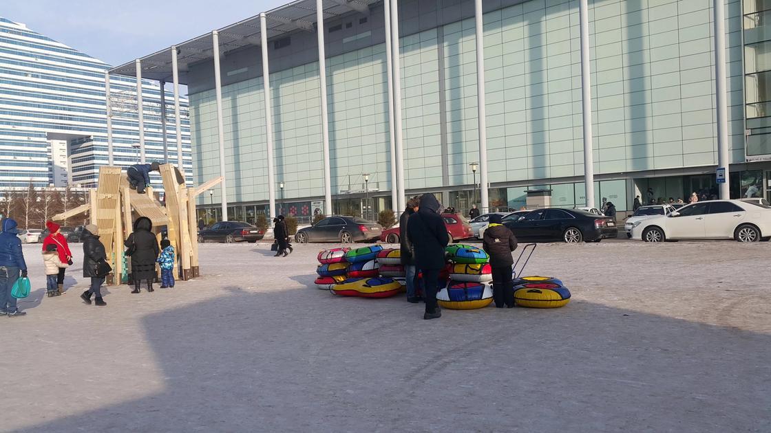 Наурызға дейін тұра ма?: Астанада қаланың қақ ортасынан әлі күнге дейін алынбаған шырша тұрғындардың күлкісін келтірді