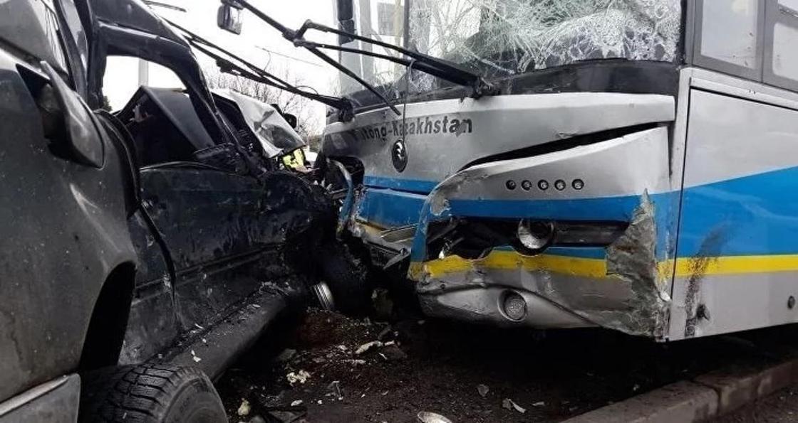 Алматыда автобусбен соғылған Mercedes-тің күл-талқаны шықты (фото)