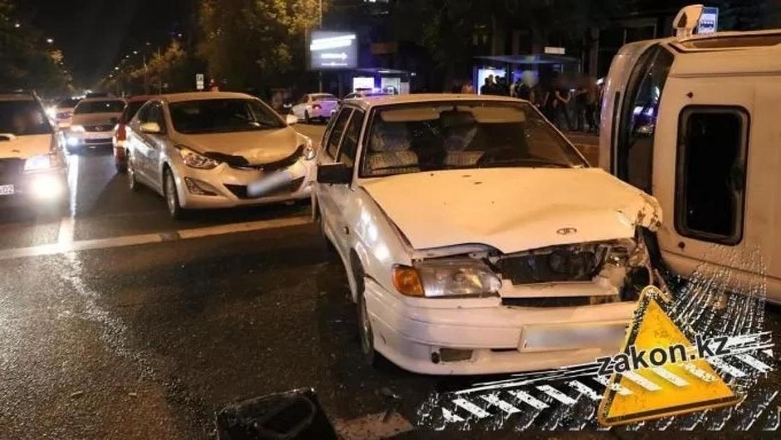 Лихач на BMW спровоцировал массовую аварию в Алматы (фото, видео)