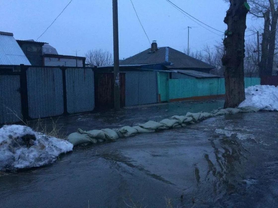 Последствия дождей в ВКО: затоплен мост, вода переливается через дороги (фото)