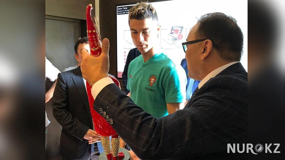Бизнесмен из Казахстана объяснил символизм дарения чапана