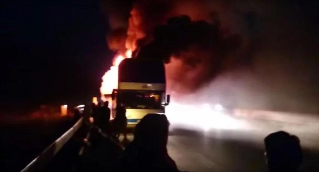 Полицейские Акмолинской области эвакуировали 25 человек из загоревшегося автобуса