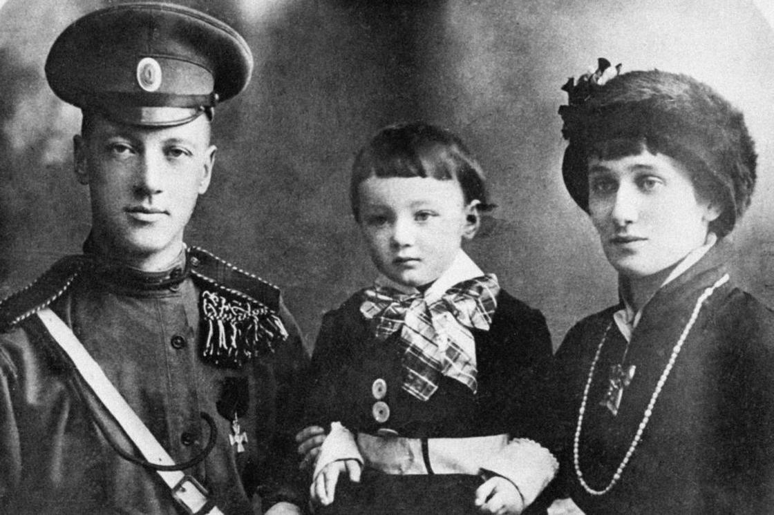 Ахматова с Гумилевым и их общим сыном