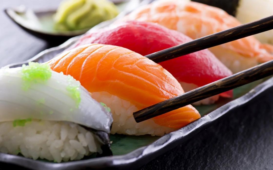 Чем опасны домашняя выпечка и суши, рассказали в Минздраве
