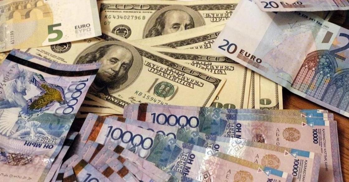 Стоит ли сейчас менять тенге на доллары, рассказали эксперты