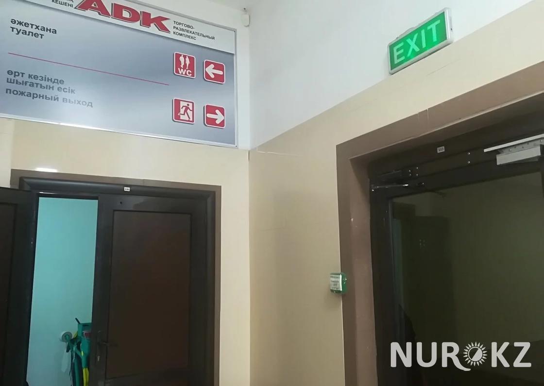 Закрытые двери и неосвещенная лестница: как выглядят аварийные выходы в ТРЦ Алматы