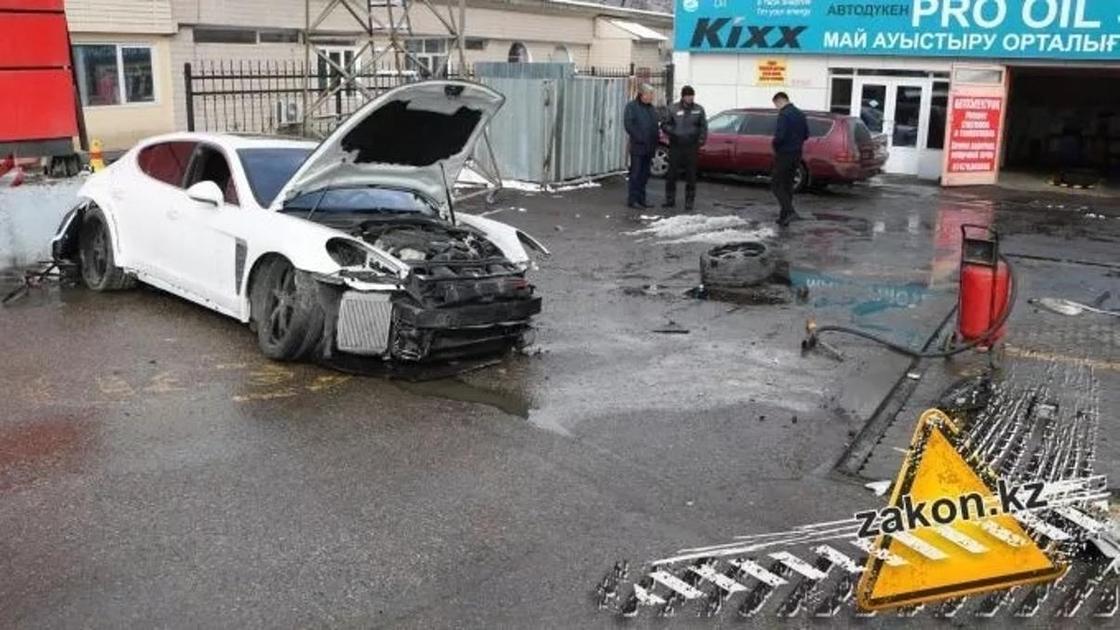 В Алматы водитель Porsche устроил разгром на АЗС и скрылся (фото)