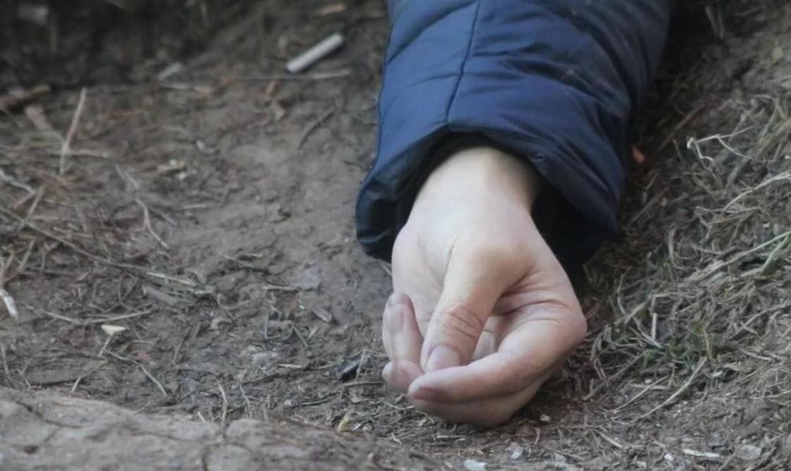 Страшная находка: тело мужчины нашли возле ТЦ в Атырау