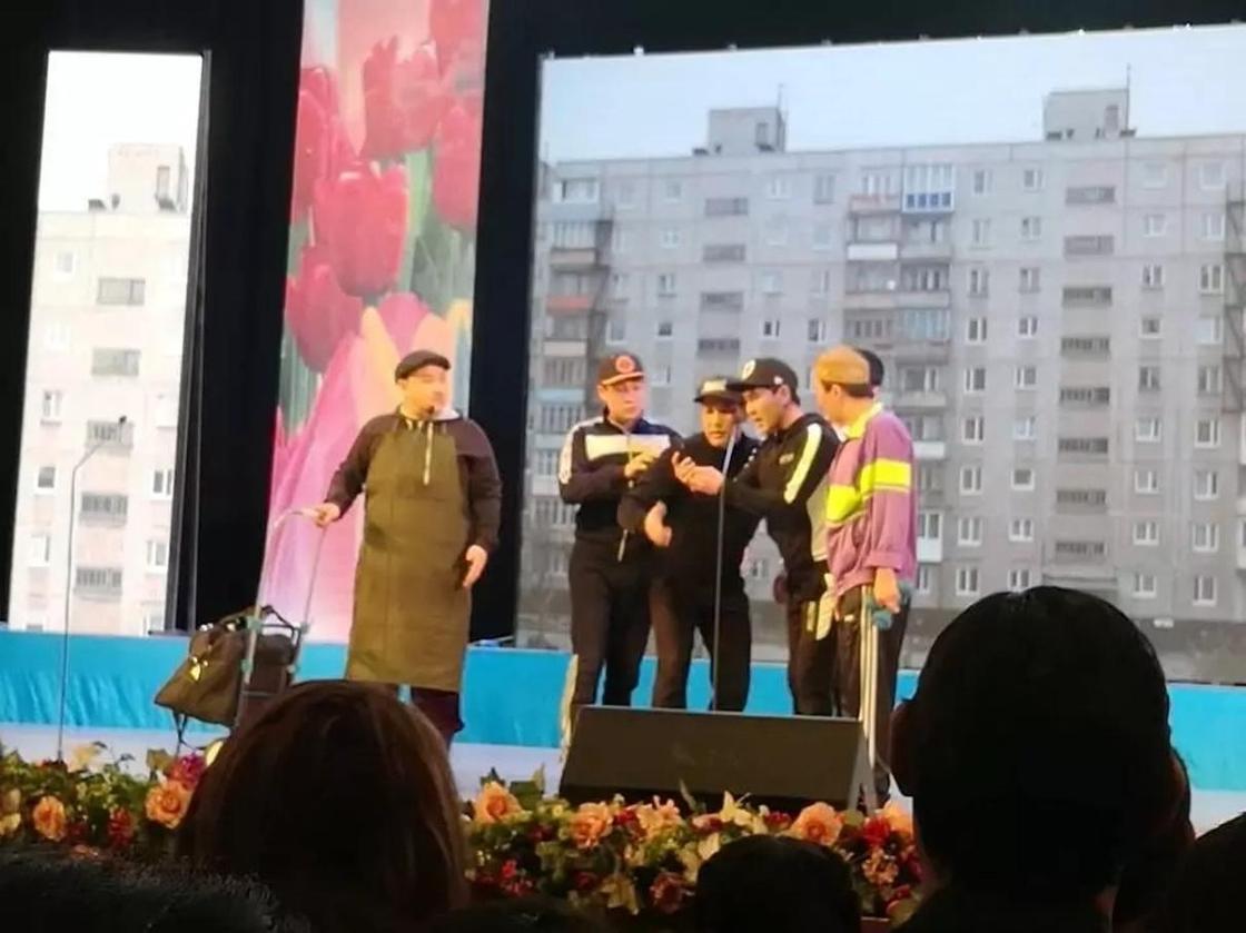"""Балық, тамақ, іш киім: """"Базарға"""" айналған Астана концерт залының сиқы көрерменнің ашуына тиді"""