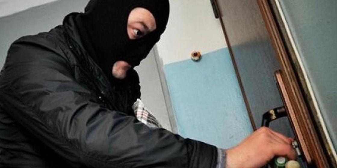 Двое мужчин вломились в дом пенсионера и ограбили его в Карагандинской области