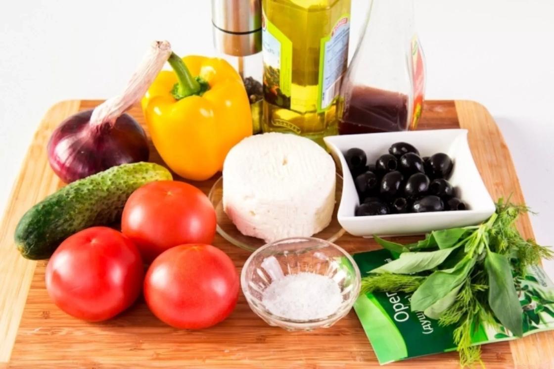 Греческий салат с брынзой и курицей