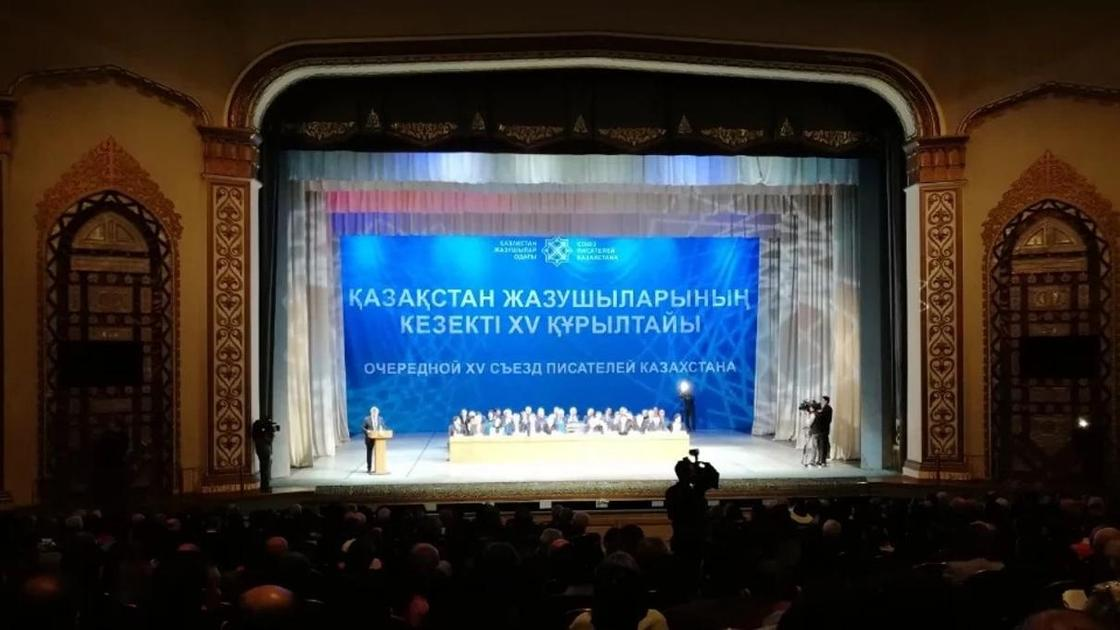 """""""Шаханов - Шакалов"""": Танымал жазушы өзін """"Қоразалин"""" деген ақынға жауап берді"""