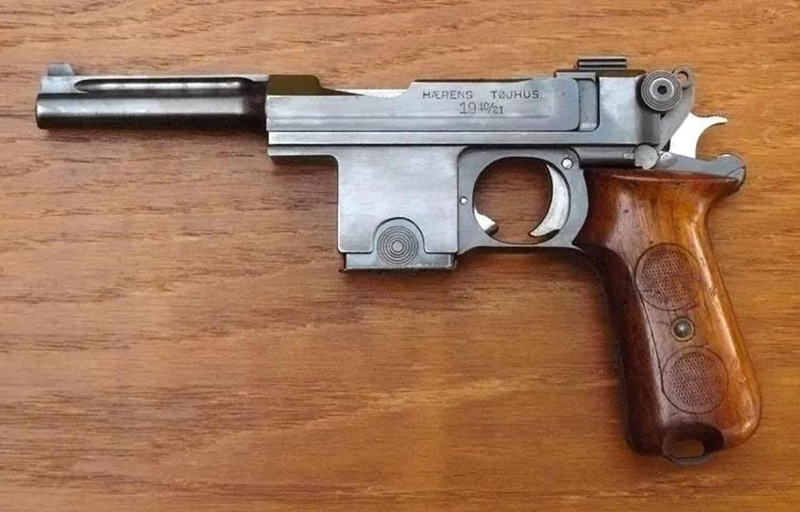 Старинный пистолет принес мужчина в полицию в Алматы