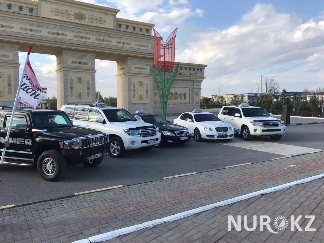 Роскошные автомобили используют в качестве такси в Шымкенте