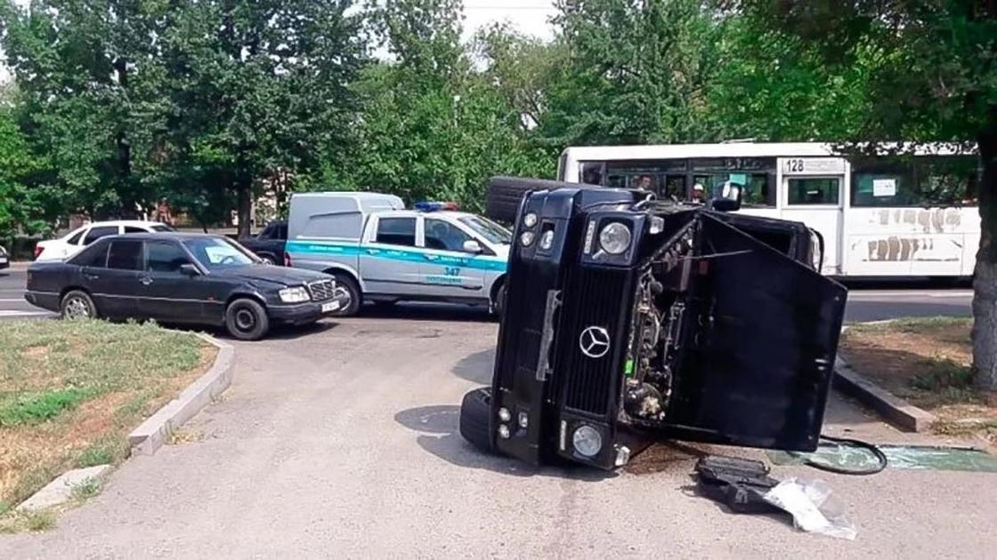 Gelandewagen перевернулся в центре Алматы в результате аварии
