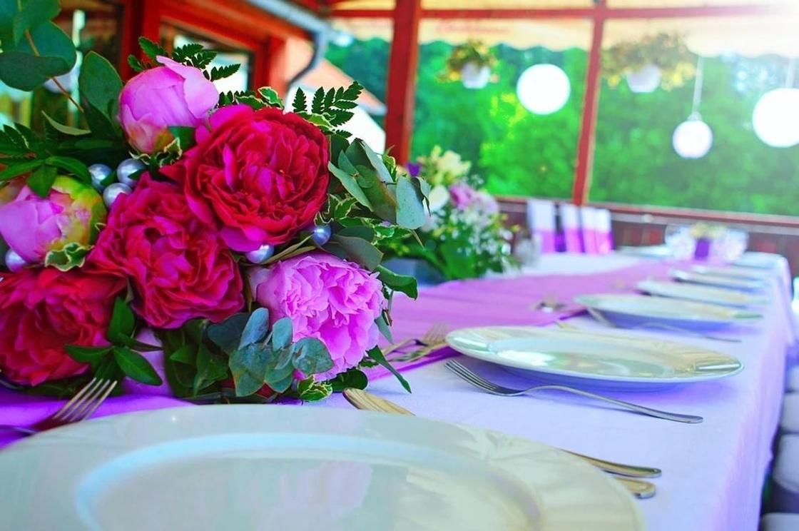 Санврачи выехали в ресторан после массового отравления на свадьбе в Темиртау