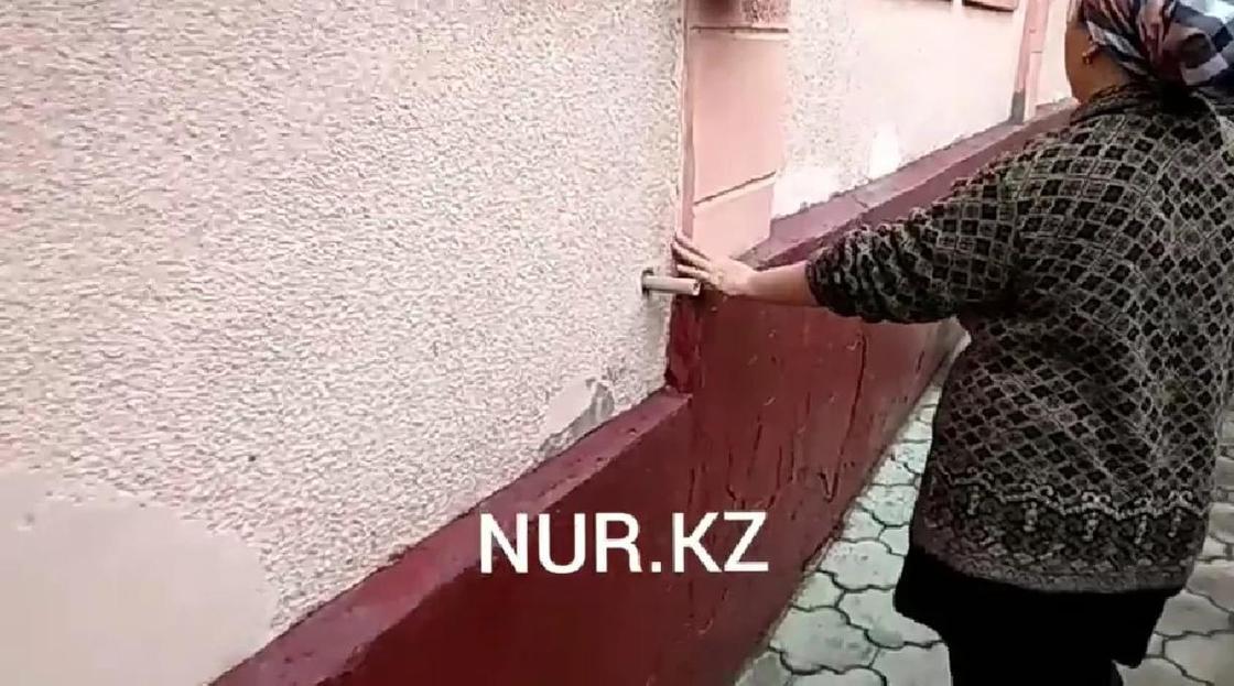 По словам алматинцев их дом треснул пополам еще в январе, тогда власти успокоили их