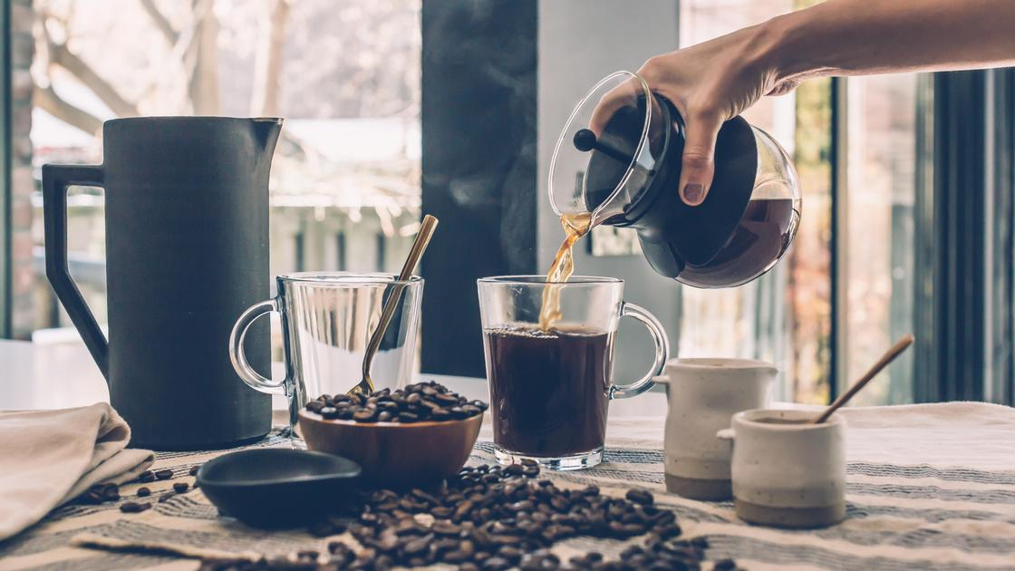 Наливает кофе в стакан
