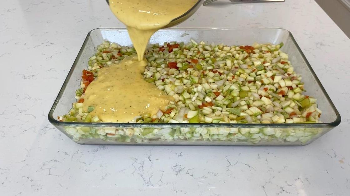 Выливание заливки на овощную заготовку
