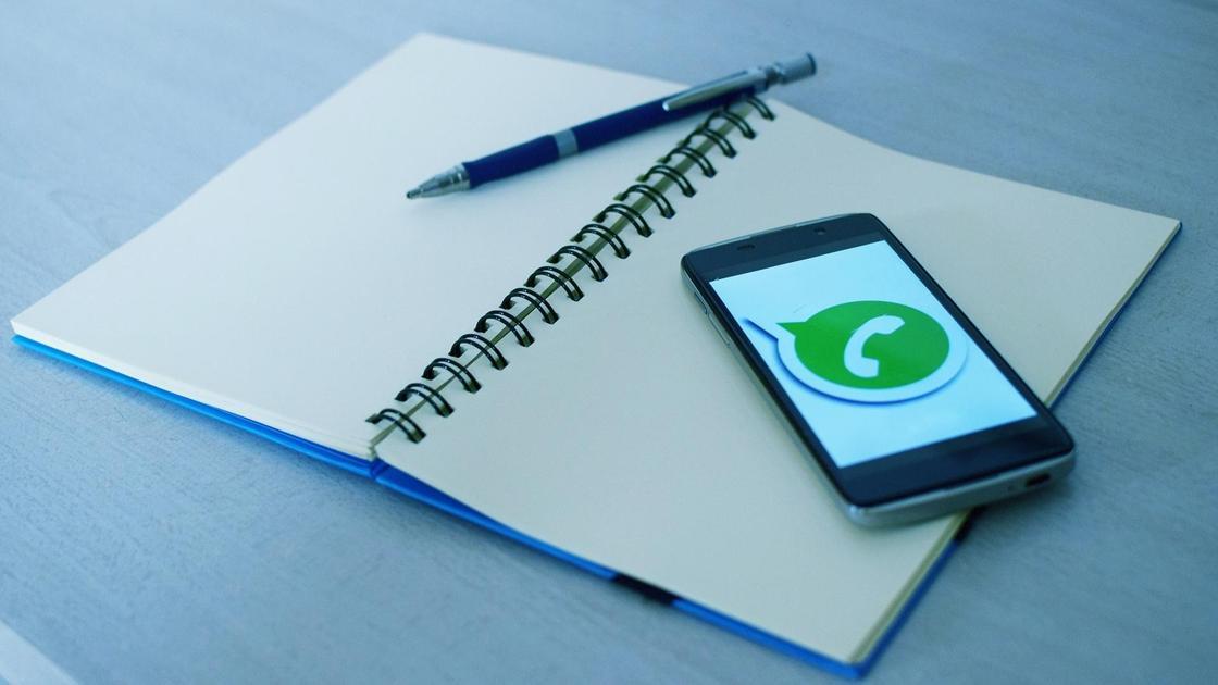 Телефон лежит на записной книжке