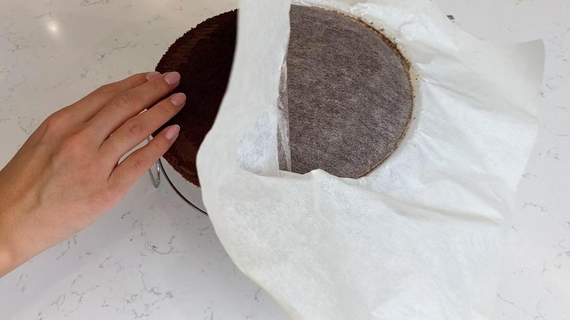 С бисквита снимают пергаментную бумагу