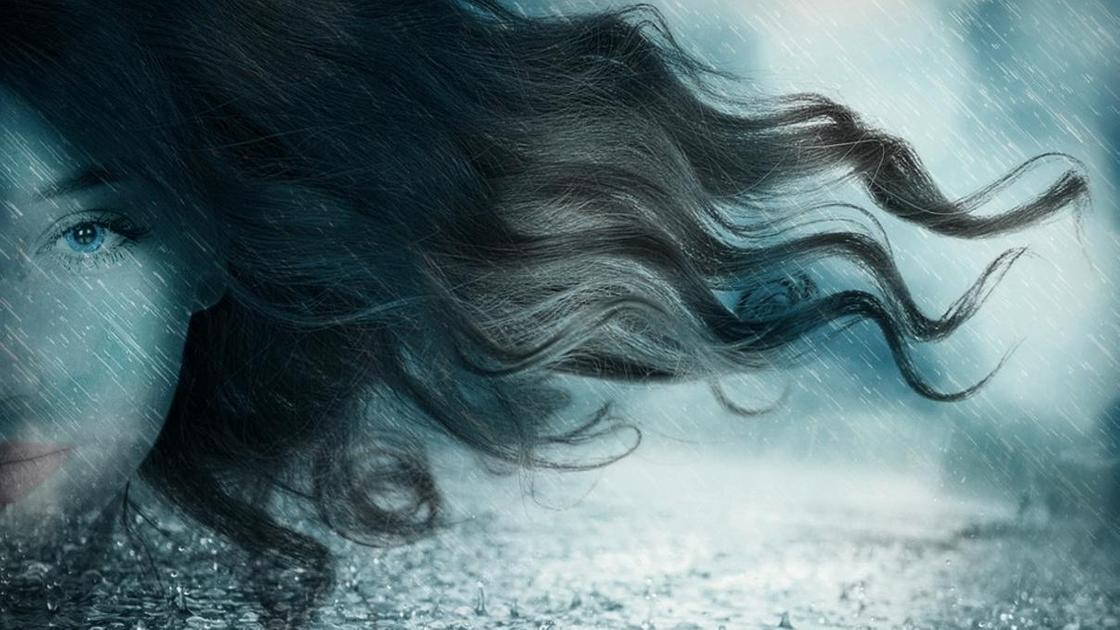 девушка на фоне дождя