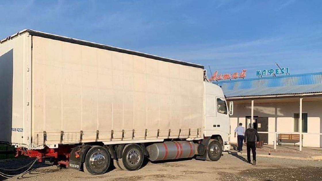 Грузовик стоит на трассе Алматы-Оскемен