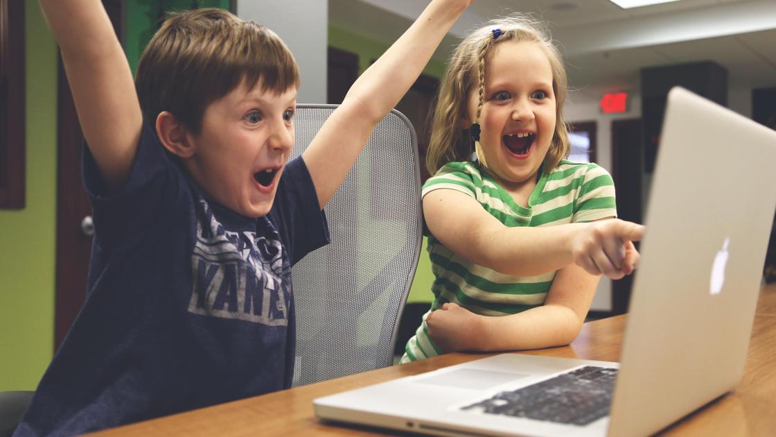Дети около ноутбука