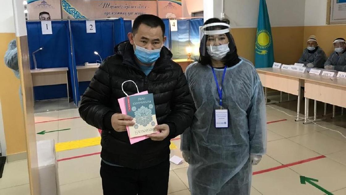 Проголосовавшим на выборах подарили книгу