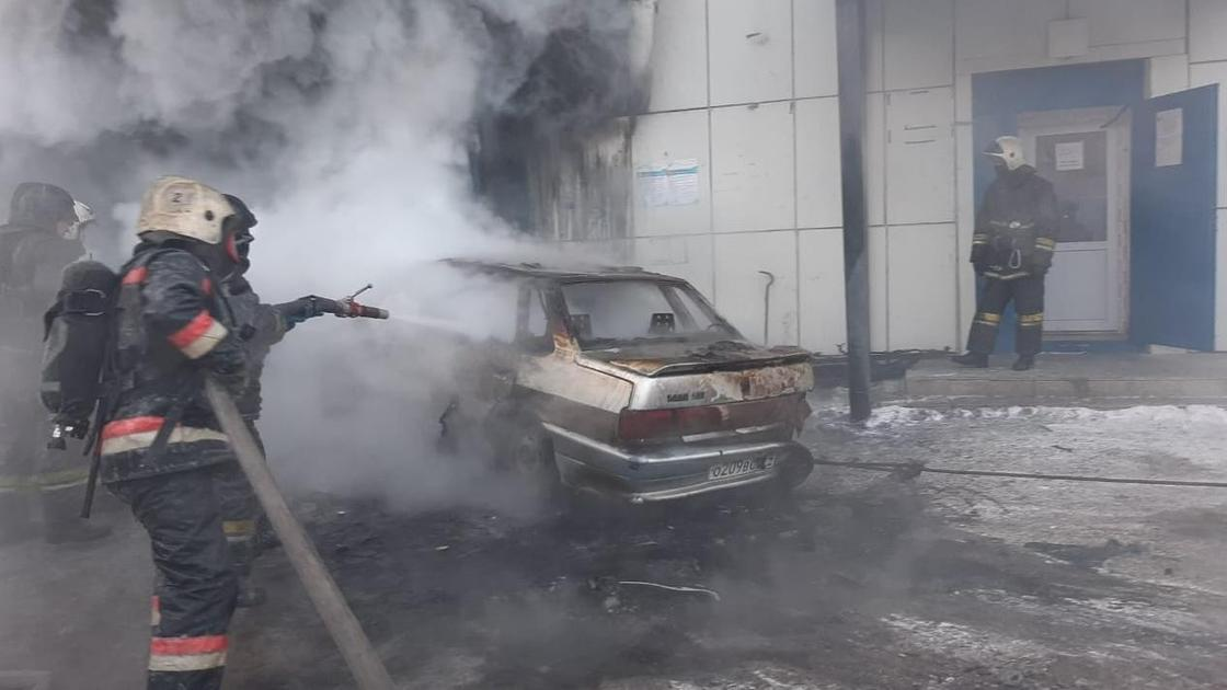 на автомойке в Нур-Султане тушат пожар