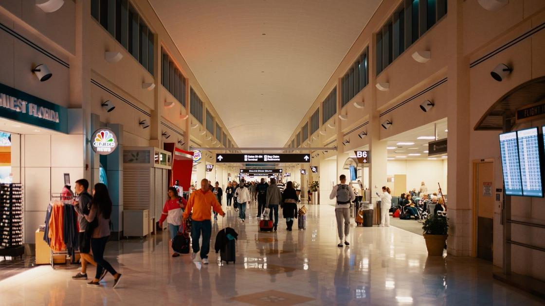 Люди ходят в аэропорту