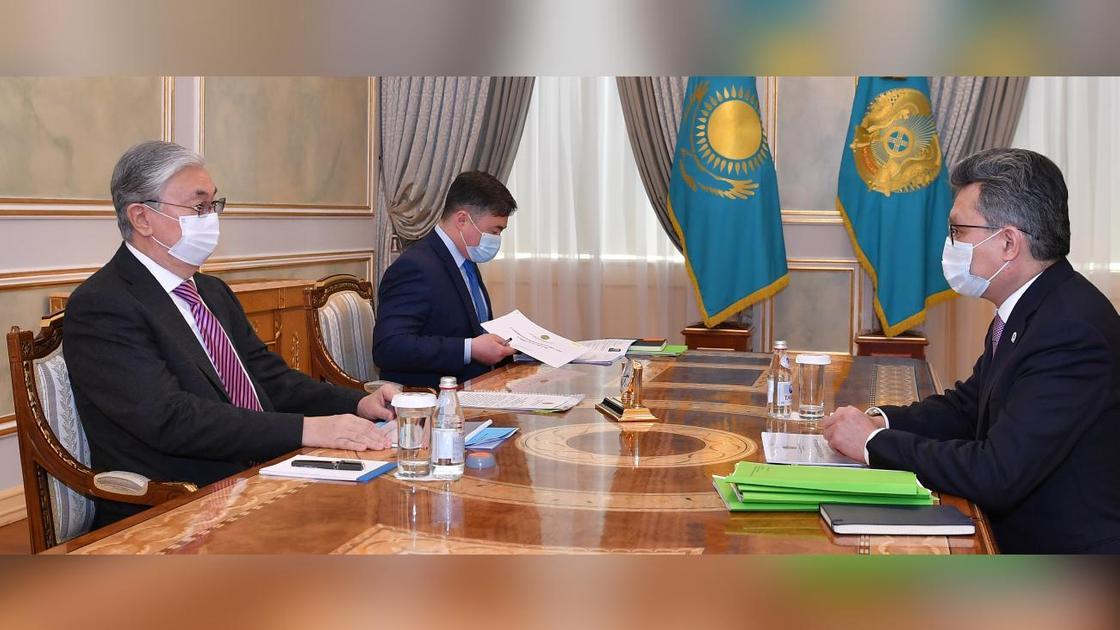 Касым-Жомарт Токаев и Бахыт Султанов сидят за столом