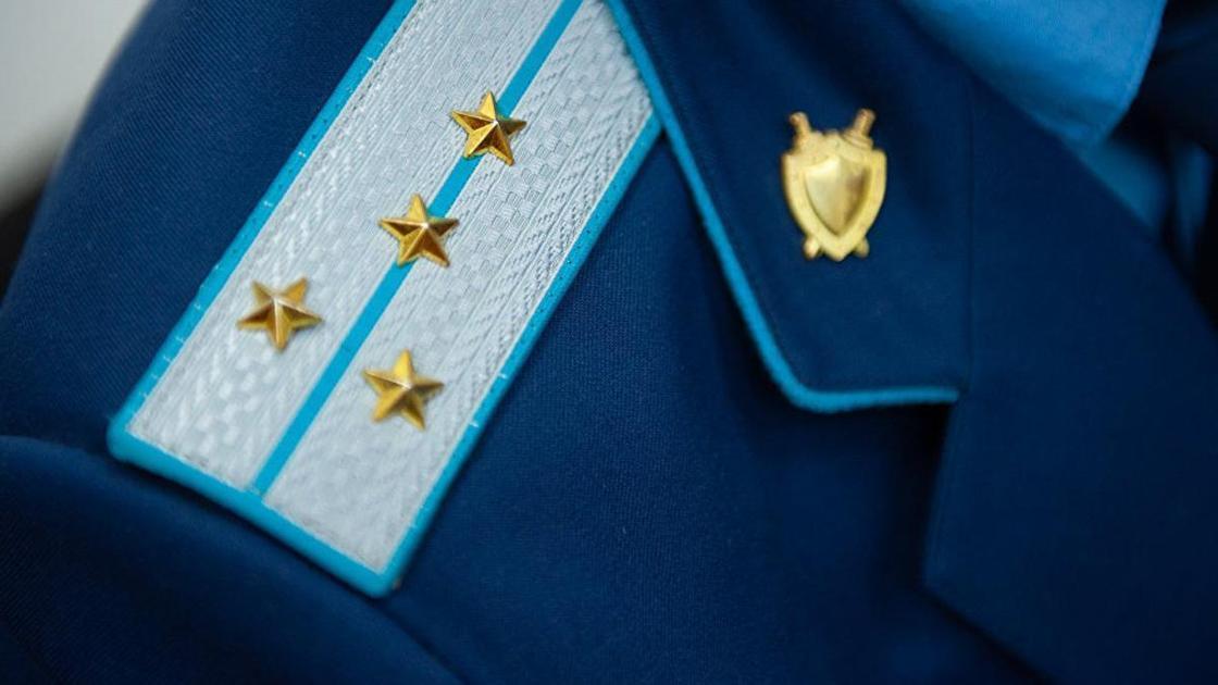 Прокурора и полицейских заподозрили в получении взятки в Алматы