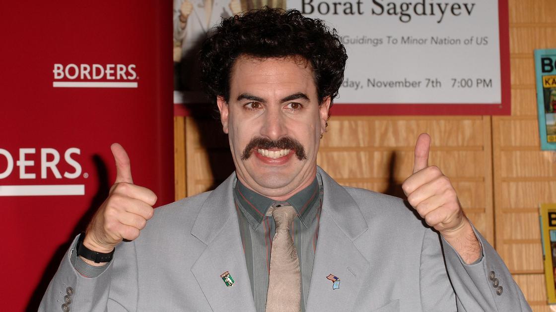 """Саша Барон Коэн в образе Бората Сагдиева показывает жест """"пальцы вверх"""""""