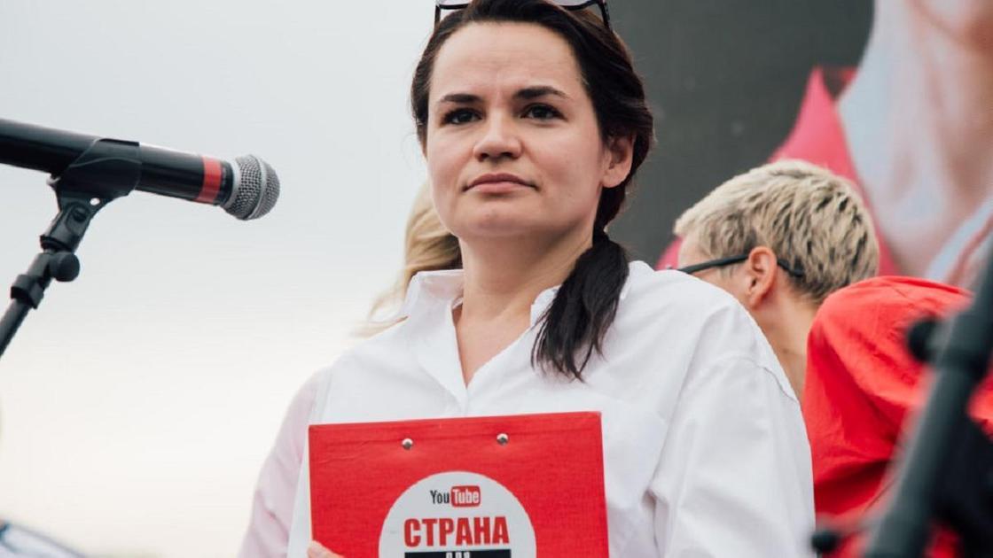 Светлана Тихановская с красной папкой