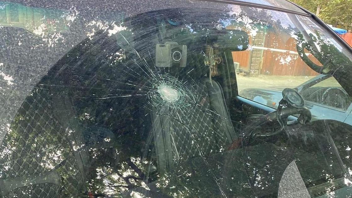 Поврежденное лобовое стекло машины